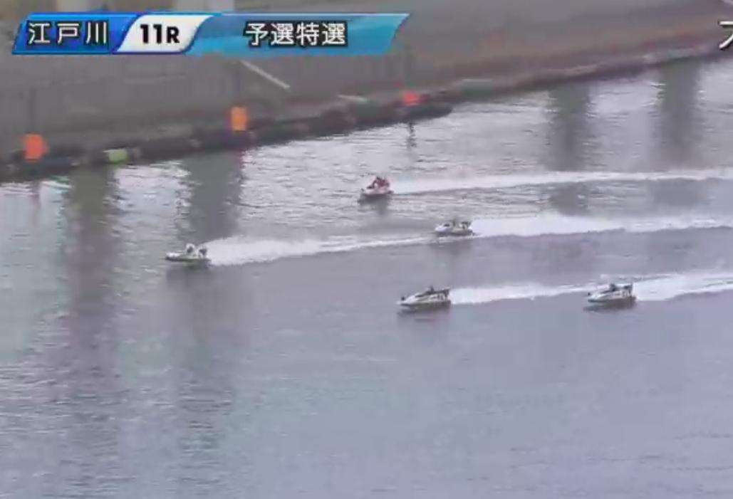 大橋選手のターン直後に艇が波の影響で跳ねた画像
